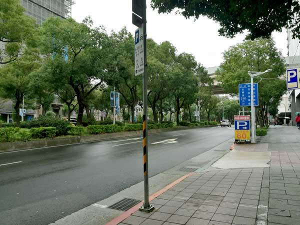 道路沿い-Twin Brothers Cafe:台北東区でゆっくり読書ができるカフェ-idobon.com