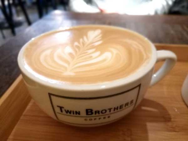 ヘーゼルナッツラテ-Twin Brothers Cafe:台北東区でゆっくり読書ができるカフェ-idobon.com